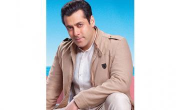 Salman in trouble for hoisting Pakistan flag on Indian soil