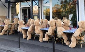 GIANT TEDDY BEARS CHARM A FRENCH NEIGHBOURHOOD IN PARIS