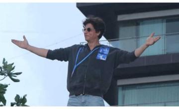 Shah Rukh Khan greets legions of fans outside Mannat on Eid
