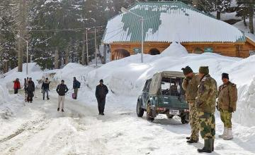 Indian army soldier accidentally slips in snow at Gulmarg, reaches Pakistan