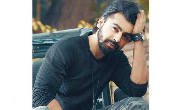 Farhan Saeed invites the guitarist with a bionic arm Muaaz Zahid, to perform in his next gig