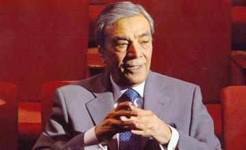 Karachi Electric Awards 2021 honours the legendary Zia Mohyeddin for his countless contributions
