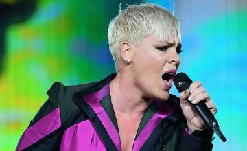 Pink with a touching tribute mourns her father's death